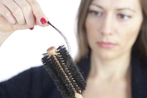 抜け毛は更年期障害なのか?原因と対処法についてをチェック!